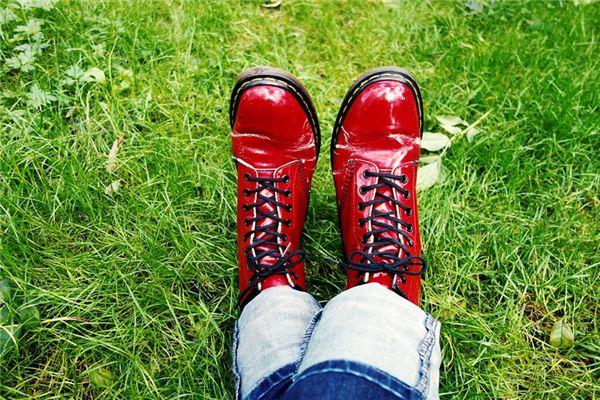 【꿈해몽】꿈에서 빨간 신발의 의미와 상징