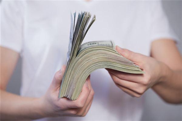 【꿈해몽】남편이 자신에게 많은 돈을 주는 꿈의 의미와 상징